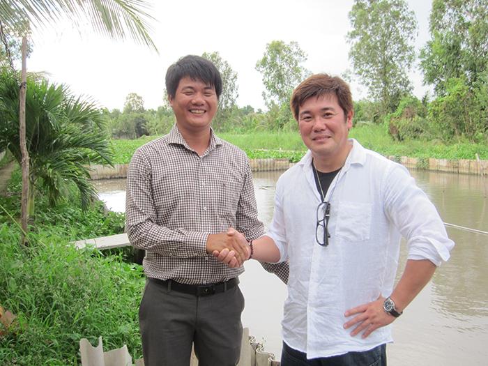 ベトナム現地のスタッフと握手